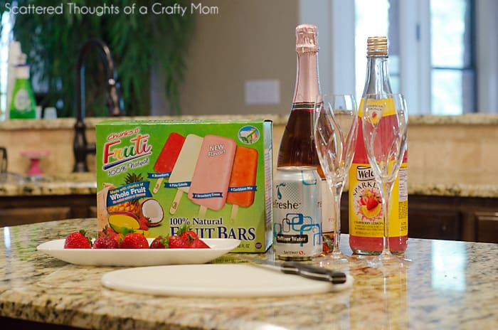 Strawberry Spritzer for Mother's Day (Made with Chunks O' Fruti frozen fruit bars) #FreshNFruti