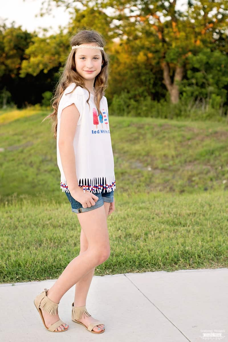 This How to Make a Beaded T-shirt Tutorial is the perfect craft for summer! (plus free patriotic printable)