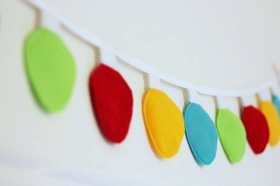 This ChristmasLight Felt Garland Tutorial is a super easy craft, perfect for the holidays! (Printable Christmas Light template included.)